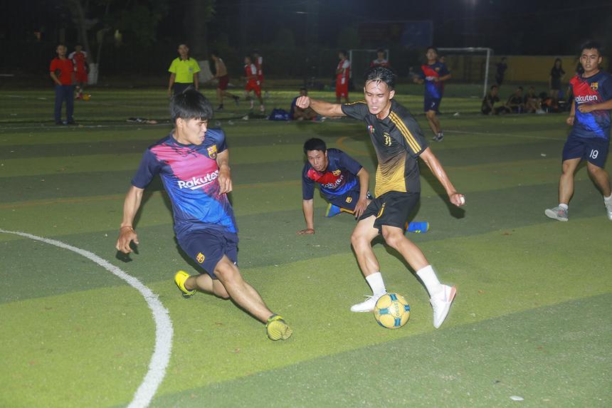 Trận đấu được xem là cân tài nhất trong loạt trận thứ hai vòng bảng Wolf Cup là cuộc so tài giữa hai đội bóng SG8 và SG15. Với lực lượng trẻ trung, đồng đều, hai đội sẵn sàng thi đấu đôi công về phía khung thành của nhau ngay sau tiếng còi khai cuộc.