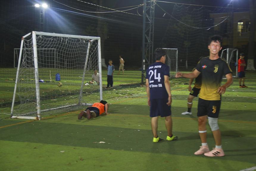 Mặc dù là đội sở hữu nhiều pha bóng nguy hiểm và cơ hội thành bàn nhưng các cầu thủ SG15 (áo vàng-đen) lại không thể tận dụng được.