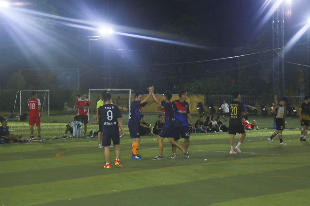 Trong khi đó, SG15 dù thi đấu rình rập nhưng lại tỏ ra rất sắc nét trong các pha lên bóng. Tận dụng tốt các cơ hội của mình, đội bóng áo lam đã có hai bàn thắng do công của cầu thủ Ngô Chí Cường để vươn lên dẫn trước đối thủ.