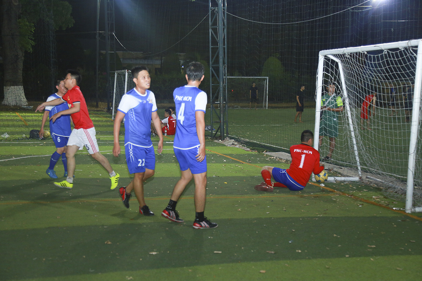 Ở một trận đấu khác, các cầu thủ Viễn thông Phương Nam (PNC) với đội hình thiếu vắng nhiều trụ cột đã gặp muôn vàn khó khăn trước sức trẻ của SG16. Minh chứng là việc họ nhanh chóng nhận hai bàn thua chỉ trong ít phút đầu hiệp 1.