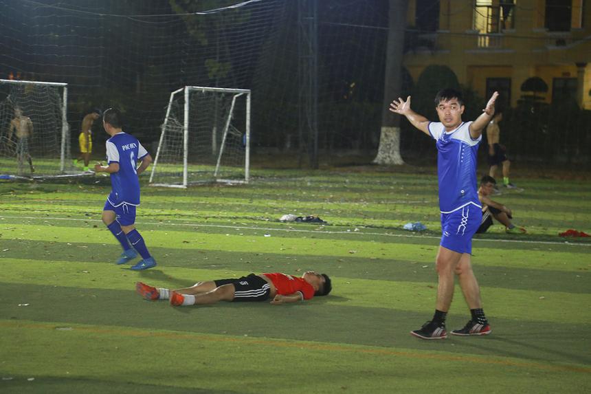 Càng về cuối trận, PNC tỏ ra đuối sức và thường xuyên phạm lỗi khi không thể theo kịp những pha lên bóng tốc độ của SG16. Cầu thủ Thiều Hoàng Trung bên phía SG16 hoàn tất cú hat-trick giúp đội bóng áo đỏ giành thắng lợi chung cuộc 5-1.