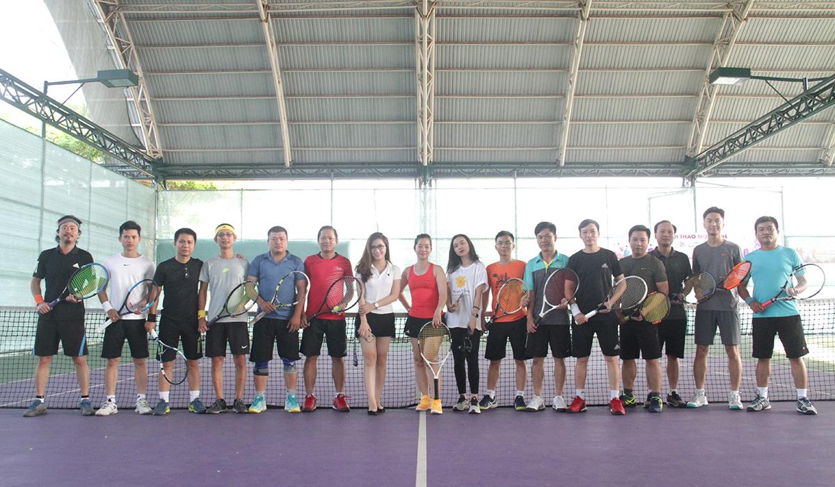 Sáng nay (21/4), giải tennis FPT Davis Cup đã chính thức khởi tranh tại Làng thể thao Tuyên Sơn, TP Đà Nẵng. Đây là năm thứ hai Đà Nẵng tổ chức sân chơi dành cho các vận động viên yêu thích bộ môn tennis.Ban tổ chức mong muốn những người đam mê thể thao có dịp giao lưu, rèn luyện sức khỏe, đặc biệt phát triển bộ môn tennis tại FPT.