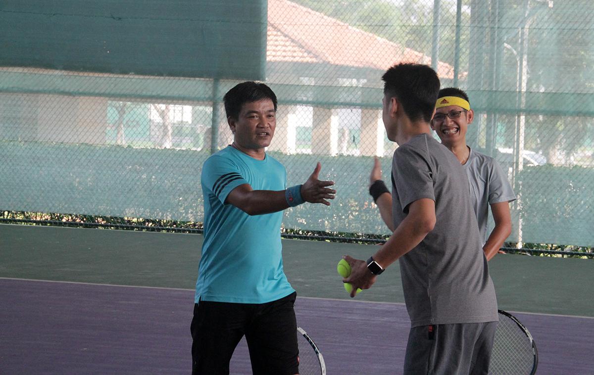 Nhật Duy và Thanh Hà chia vui cùng đồng đội sau khi giành chiến thắng chung cuộc 6-5. Một trận đấu khó khăn nhưng có chất lượng chuyên môn cao.