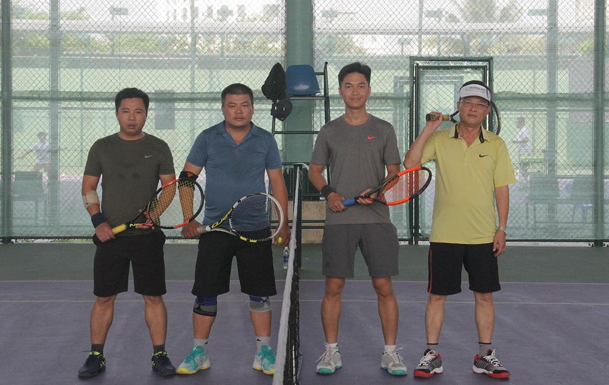 Cũng trong khuôn khổ bảng C và D, Văn Thao và Thành Nhơn (bên trái) đối đầu Hải Hà và Đình Tráng (bên phải). 4 tay vợt làm thủ tục và chụp hình lưu niệm trước khi thi đấu.