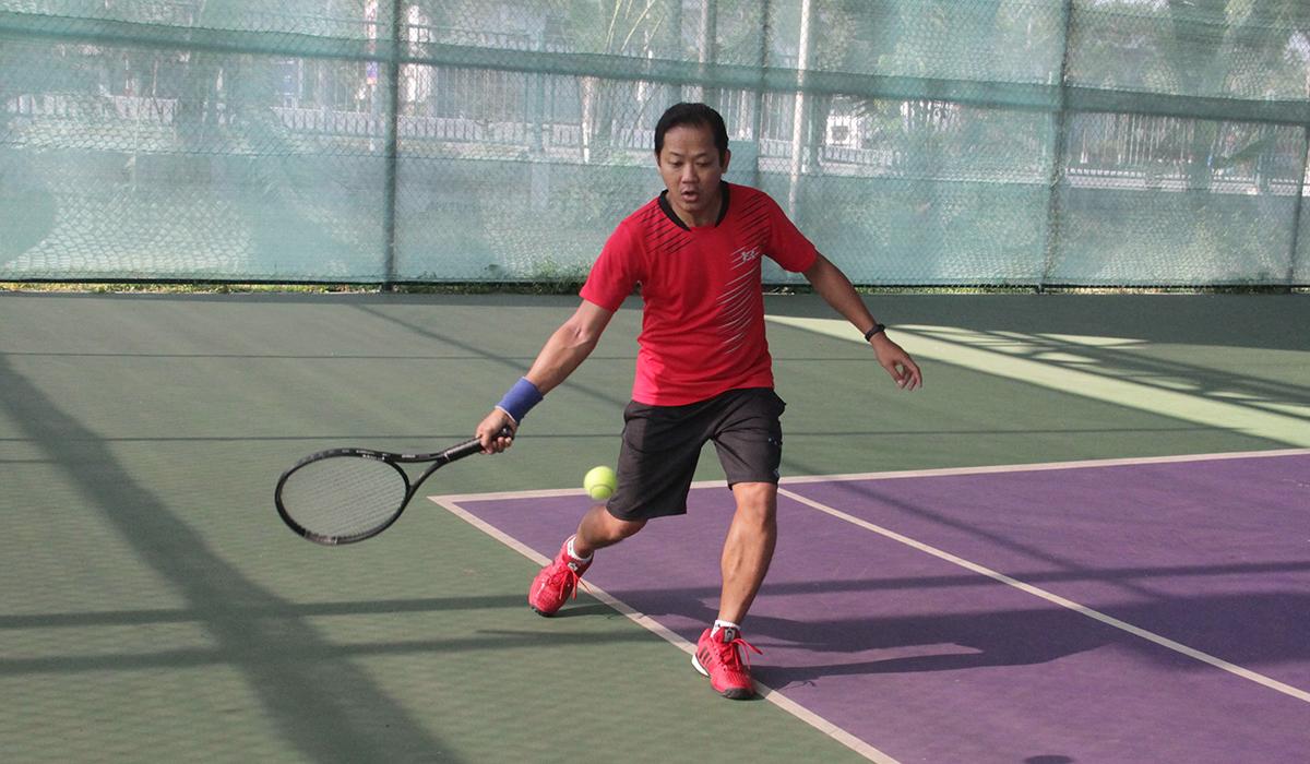 Mới tham gia tập luyện và thi đấu nhưng tay vợt Minh Đức (Synnex FPT) luôn có những pha đánh chắc chắn và thường đưa bóng về cuối sân.