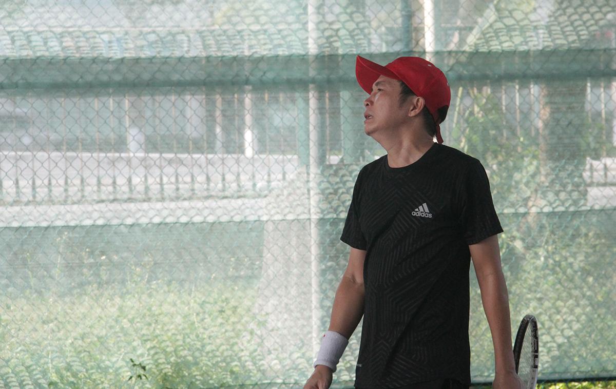 Rất may bên kia phần sân, Hữu Lương và Hùng Tuấn cũng thi đấu không ổn định. Tay vợt Hữu Lương thể hiện sự thất vọng khi có những pha xử lý không được như mong muốn.