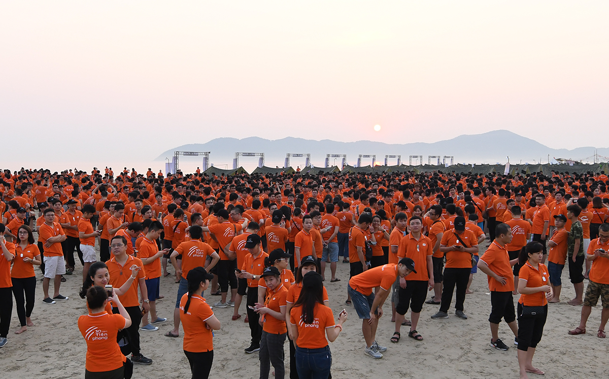 Hơn 2.000 người FPT IS cùng đón bình minh trên biển Cảnh Dương. Nhiều người dùng di động ghi lại vẻ đẹp thanh bình trong khoảnh khắc bóng tối bị xé tan, nhường chỗ cho những tia nắng đầu tiên của ngày mới.Ảnh: Nguyễn Thắng.