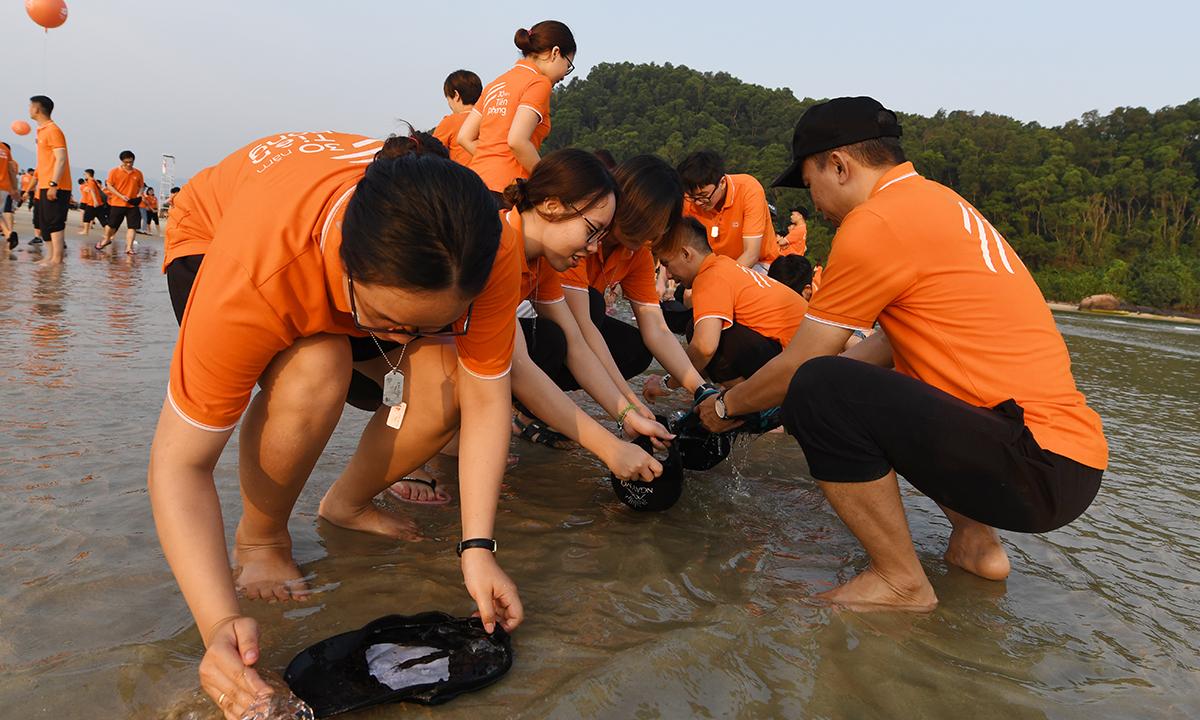 """Sau khi cùng đón bình minh trên bờ biển Cảnh Dương và xếp chữ """"FIS 25"""", hơn 2.000 CBNV nhà Hệ thống đã cùng nhau chơi game thử thách để tăng tính kết nối, đồng đội."""