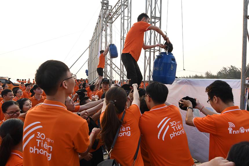 Thử thách mà ban tổ chức đặt ra cho các đội cho phần chơi này là lấy nước từ biển lên đổ vào một chiếc thùng đang treo trên sân khấu. Thùng có nước sẽ kéo được tấm backdrop của chương trình lên cao.