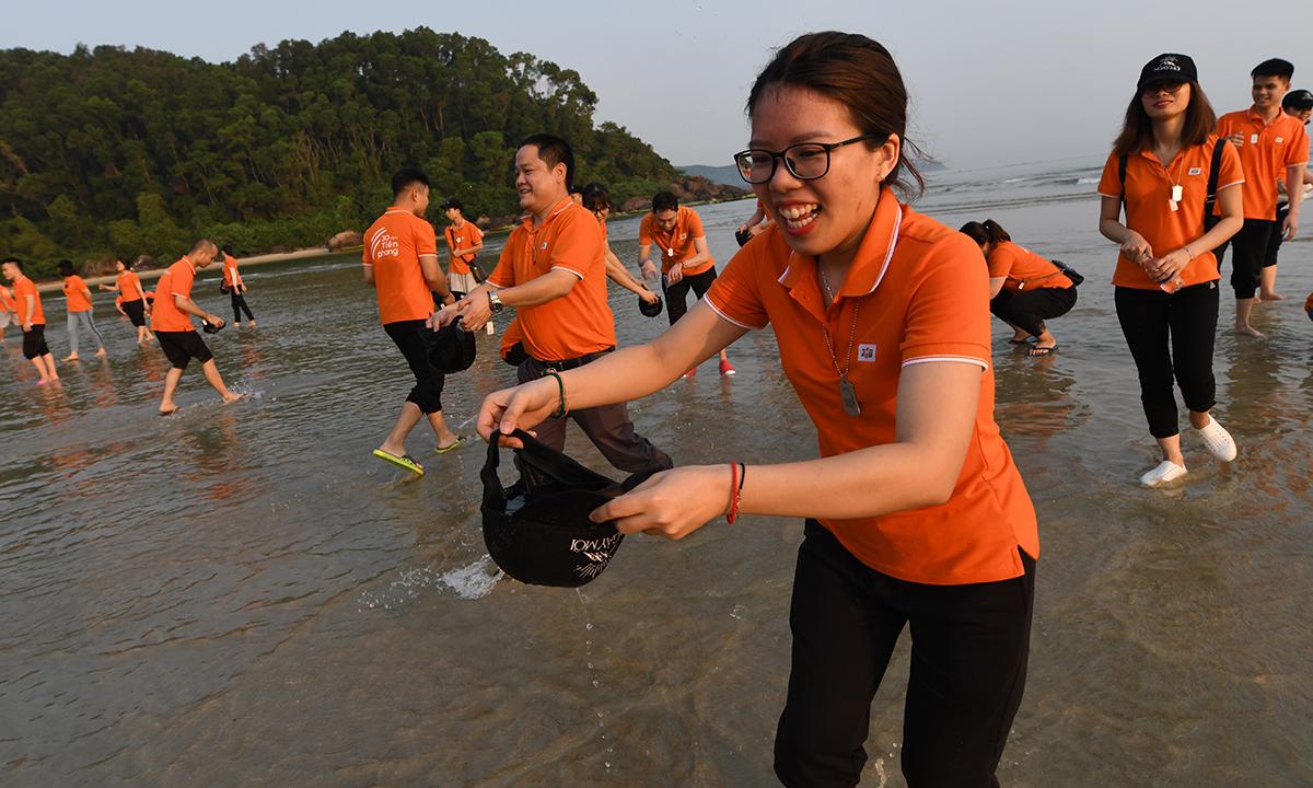 Các CBNV cần linh hoạt sử dụng bất kể thứ gì để đựng nước và đem về cho đồng đội ở trên cao. Mọi dụng cụ từ mũ, giày đều được người FPT IS trưng dụng để lấy nước. Ai cũng hăm hở chạy thật nhanh để về đưa nước cho đồng đội của mình.