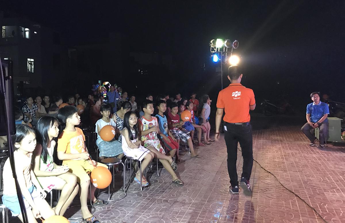 Ngày 20/4, Trung tâm Marketing FPT Telecom phối hợp với chi nhánh Bình Định tổ chức chương trình 'Sắc màu FPT' tại sân vận động thị trấn Bồng Sơn, huyện Hoài Nhơn.