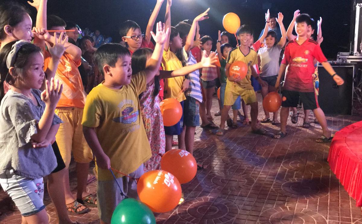 Sự kiện thu hút khoảng 400 người tham gia vui chơi và trải nghiệm dịch vụ của FPT Telecom. Với nội dung phong phú cùng mini game hấp dẫn, nhiều em nhỏ tập trung đông đảo, tạo không khí sôi động.