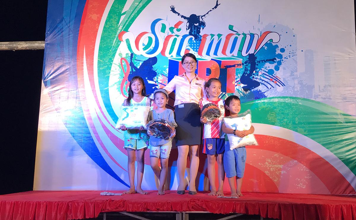Nhiều gối ôm và mũ bảo hiểm được tặng người tham gia mini game. Anh Lê Văn Hải, chuyên viên Marketing Vùng 4, khẳng định, chương trình tạo ra hình ảnh thân thiện và độc đáo cùng nhiều trải nghiệm thú vị về dịch vụ của FPT Telecom.