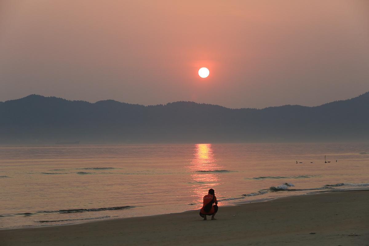 Những tia nắng đỏ vàng tươi chiếu xuống mặt biển tạo nên một thứ ánh sáng lấp lánh, trong trẻo.