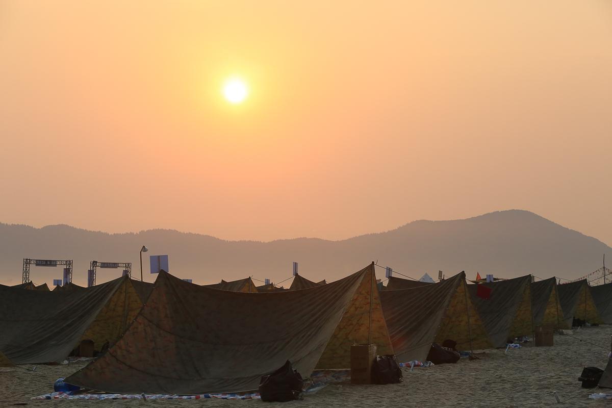"""Những ánh dương đầu tiên xua tan đi màn đêm quanh khu lều trại của """"Quân đoàn FIS"""", nơi hầu hết mọi người không dùng để ngủ mà để quây quần vui chơi bên nhau """"vì thời gian có hạn""""."""