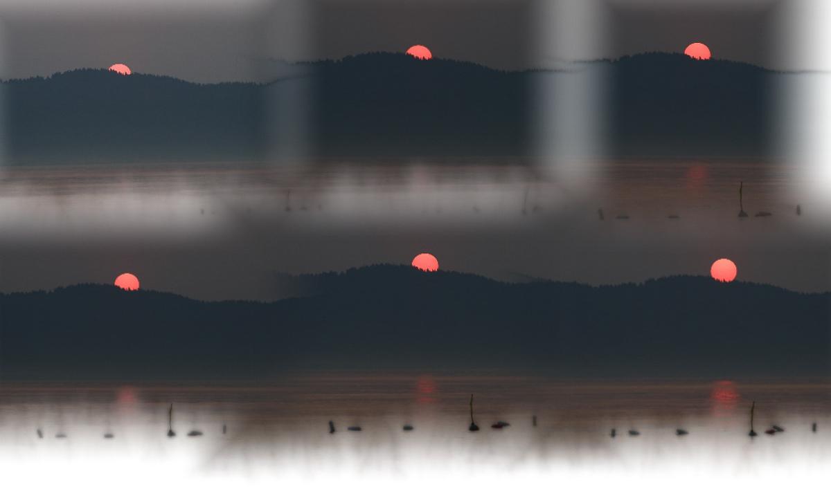 Khi những đốm đen của đêm tối qua đi, vầng dương đỏ ngoi lên từ đáy biển.Cảnh Dương hiện ra huyền ảo trong những tia nắng buổi ban mai.