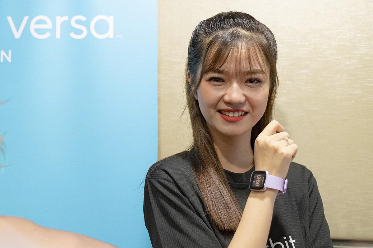 Đối với người dùng lần đầu tiên sử dụng thiết bị đeo tay và muốn tìm kiếm sản phẩm ở mức giá thấp hơn, thì Fitbit Inspire có thể sẽ là một lựa chọn sáng giá. Sản phẩm có đầy đủ các tính năng theo dõi sức khoẻ, như tự động theo dõi tập luyện và giấc ngủ, thiết lập mục tiêu, tính năng nhắc nhở và đồng hồ bấm giờ, pin xài đến 5 ngày...