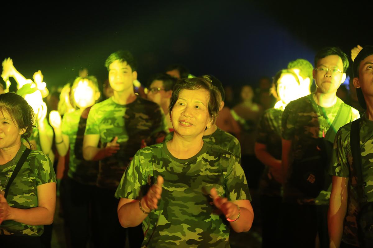 Chị Trương Thanh Thanh hòa mình vào dòng người cổ vũ các tiết mục của khách mời nhà FPT IS.