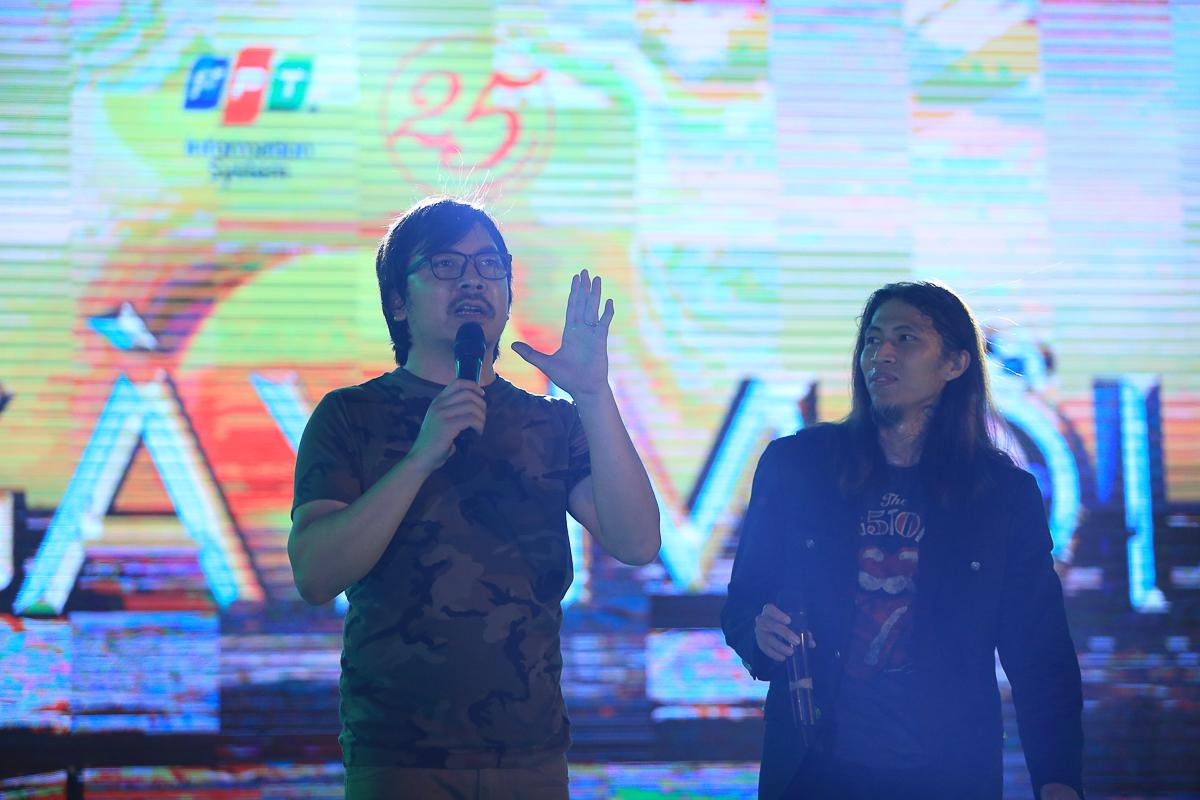 MC Đinh Tiến Dũng giao lưu cùng ban nhạc.