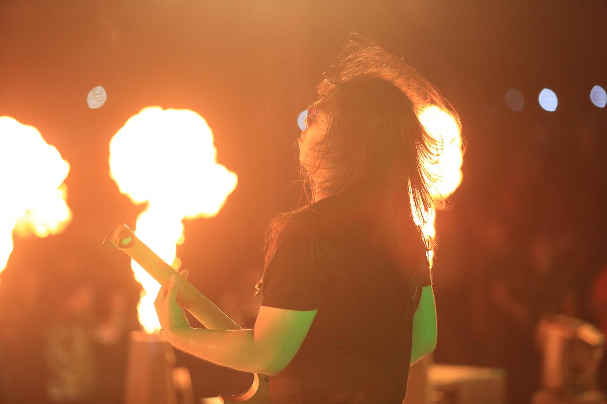 Sau khi 3 đoàn tàu cùng đổ bộ ga Lăng Cô, hơn 2.000 người FPT IS đã được hòa mình vào không khí cuồng nhiệt, bùng cháy của đại nhạc hội xuyên đêm đáng nhớ cho sinh nhật tuổi mới cùng ban nhạc rock Unlimited.