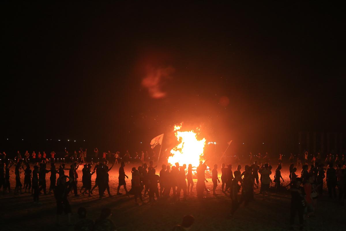 Người Hệ thống cùng nắm chặt tay nhau, chạy quanh lửa trại sáng rực trên nền nhạc rock càng làm cho không khí trở nên bùng cháy.