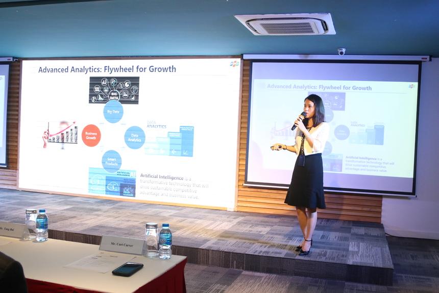 """Buổi hội thảo xoay quanh các công nghệ liên quan đến """"Trí tuệ nhân tạo"""". Chị Bùi Lê Na, đại diện đơn vị Phát triển năng lực công nghệ FPT Software, là diễn giả đầu tiên của chương trình với bài trình về những lợi ích của AI và cơ hội việc làm trong lĩnh vực này tại FPT Software. """"AI là công nghệ chuyển đổi số giúp doanh nghiệp nắm bắt lợi thế cạnh tranh bền vững"""", chị Na cho hay. Cùng với đó, chị cũng trình bày về ứng dụng dịch tài liệu AMT (Akaminds Machine Translation) mà FPT Software đã nghiên cứu phát triển trên nền tảng AI. """"Tại FPT Software, các bạn có rất nhiều cơ hội để làm việc trực tiếp với AI"""", chị khẳng định."""