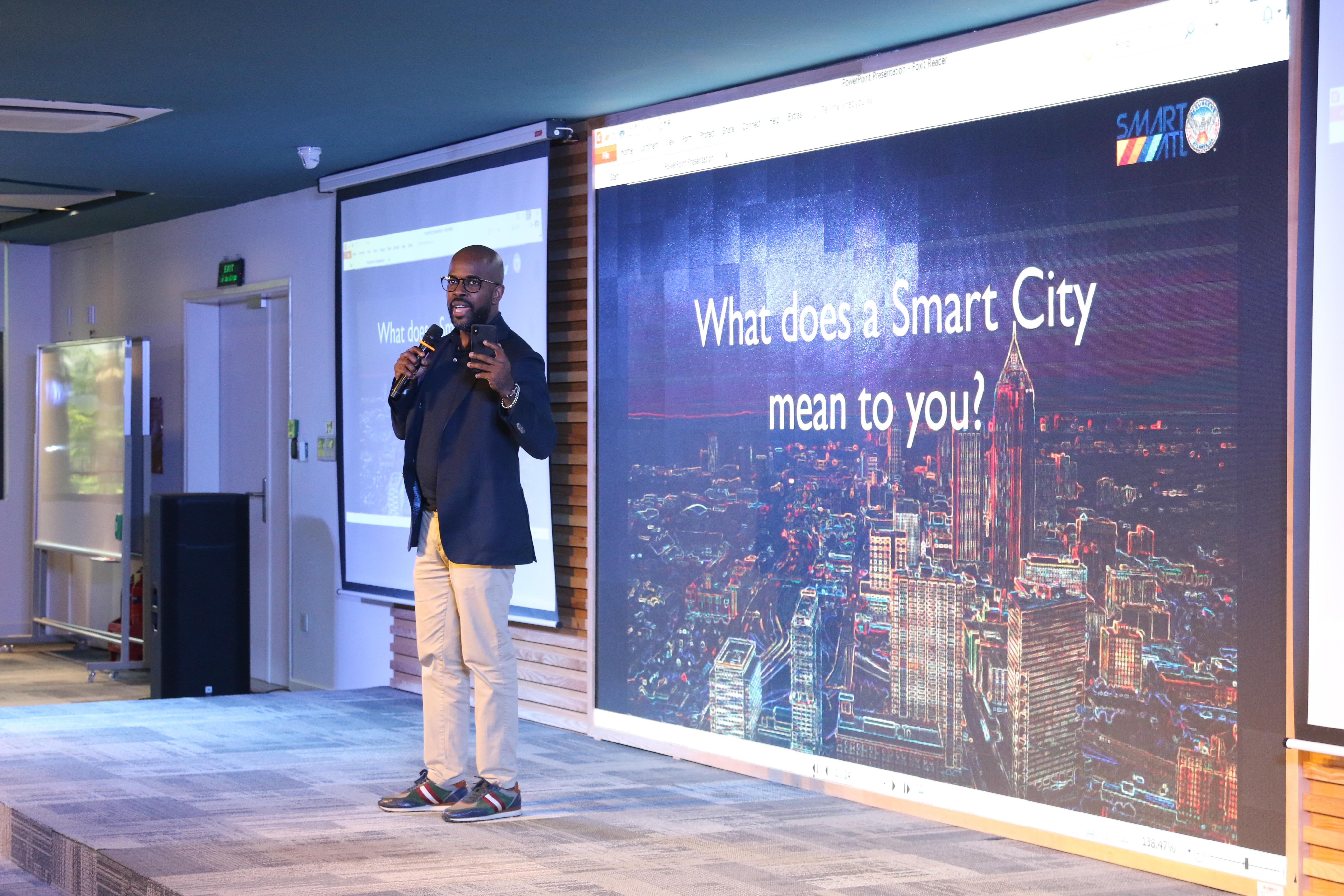 """Diễn giả Gary Brantley, CIO City of Atlanta, tập trung chia sẻ về Đô thị thông minh. Ông Gary nhận định: """"Đô thị thông minh là loại hình đô thị tận dụng công nghệ khiến cuộc sống hằng ngày bền vững, hiệu quả, minh bạch và thông minh hơn"""". Từ đó, đô thị thông minh cũng giúp chia sẻ thông tin với cộng đồng và cải thiện cả chất lượng hành động của chính phủ cũng như phúc lợi cho người dân. """"Chúng phụ thuộc vào công nghệ thông minh, IoT, kết nối không dây, phân tích data và trí tuệ nhân tạo..."""", ông Gary phân tích."""
