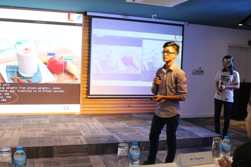 Nhóm sinh viên ĐH Bách khoa gây ấn tượng với phần thử nghiệm Hệ thống khuyến nghị thực phẩm được phát triển trên nền tảng AI. Phần trình bày được các diễn giả đánh giá cao và thu hút sự quan tâm, chú ý của đông đảo sinh viên tham gia buổi hội thảo.