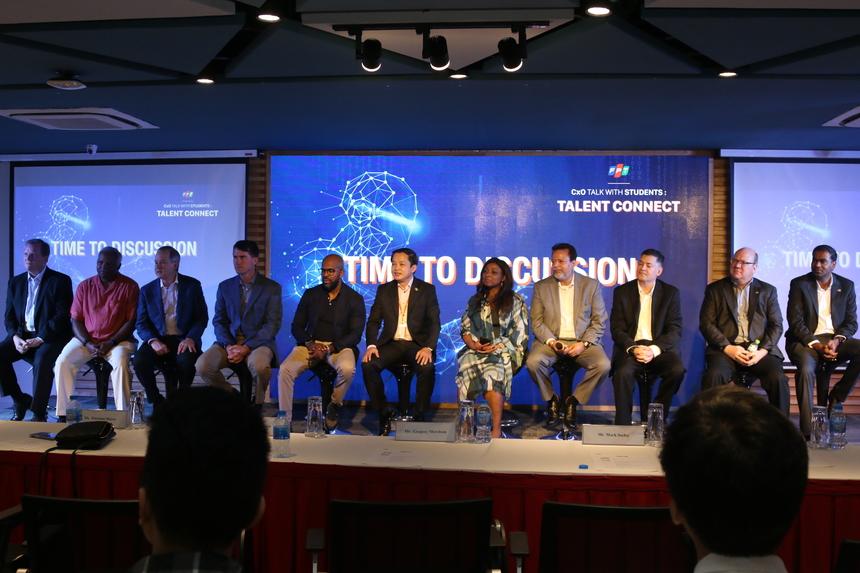 Các diễn giả vui vẻ, nhiệt tình giải đáp những thắc mắc, băn khoăn của các bạn sinh viên Việt Nam.