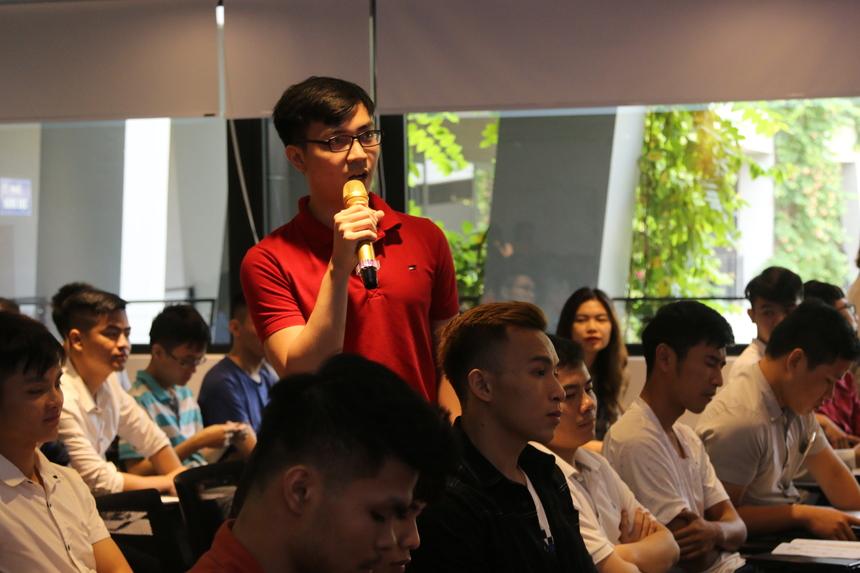 Một phần cũng thu hút sự quan tâm của các sinh viên trong chương trình là phần thảo luận, hỏi đáp cùng diễn giả. Các bạn sinh viên rất hăng hái, mạnh dạn đặt câu hỏi xoay quanh chủ đề Trí tuệ nhân tạo và sự phát triển của nó trên thế giới và ở Việt Nam. Đặc biệt, các bạn sinh viên bày tỏ sự quan tâm rất lớn đến cơ hội việc làm trong ngành AI hiện nay.