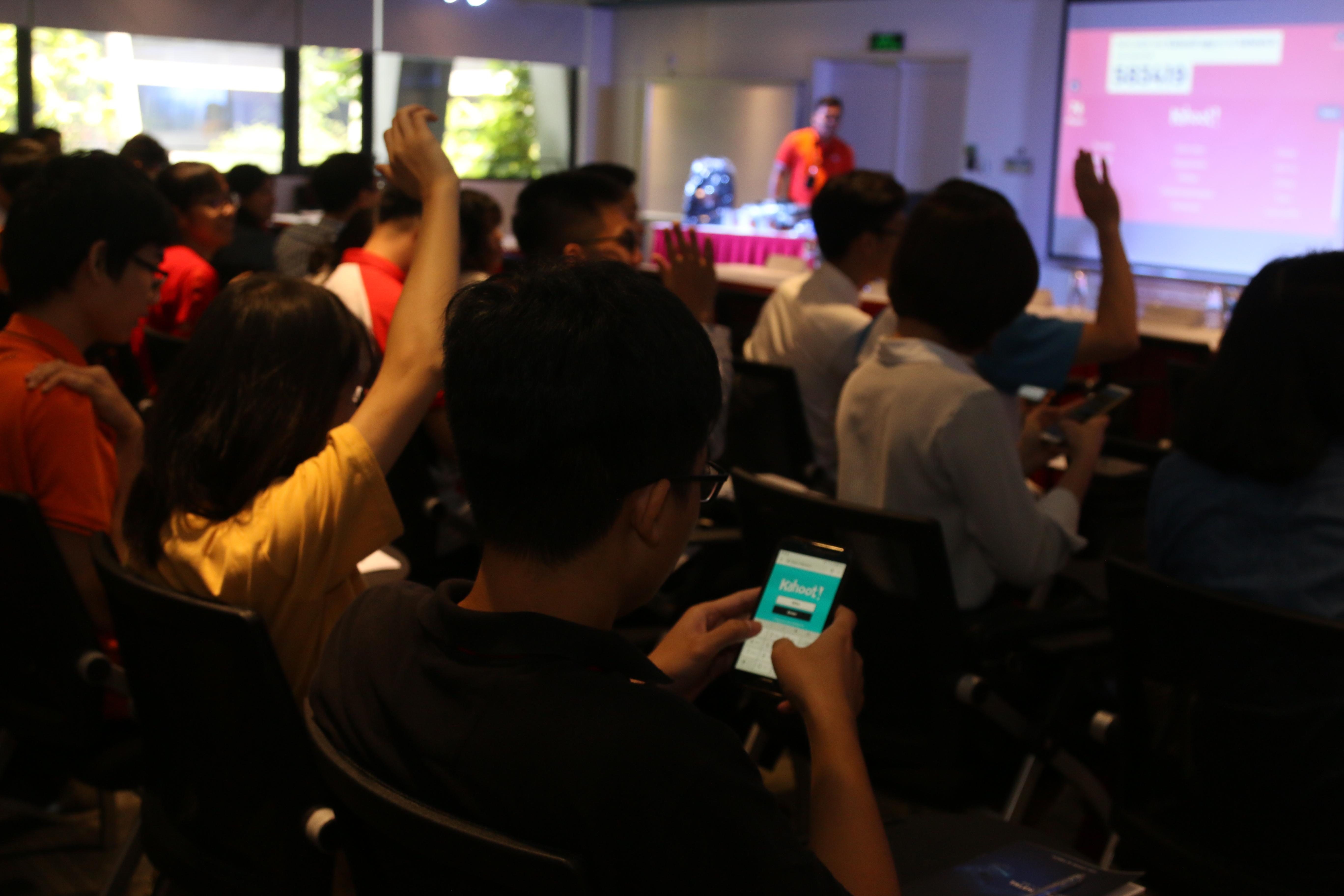 Trò chơi tương tác cuối chương trình khiến các sinh viên thích thú và hào hứng bởi tính cạnh tranh cao cùng công nghệ được tích hợp trong đó. Các bạn sinh viên đăng nhập vào trang web của trò chơi một cách dễ dàng, nhanh chóng và trả lời nhanh 14 câu hỏi liên quan đến nội dung chương trình để nhận những phần quà hấp dẫn.
