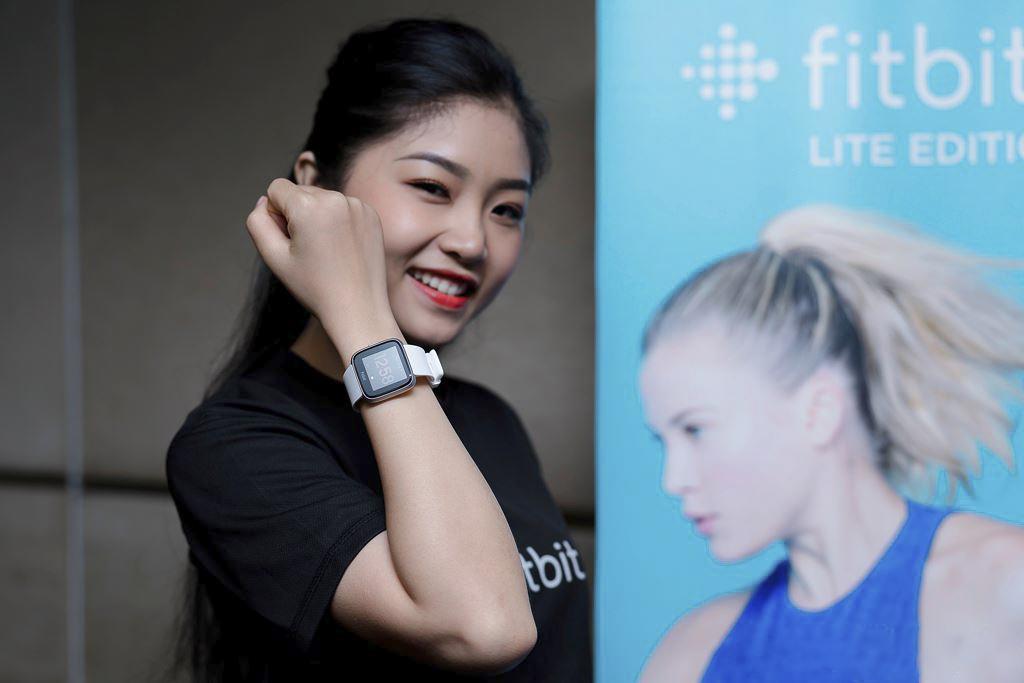 Các dòng sản phẩm mới được thiết kế phù hợp với nhu cầu của mọi người dùng, giúp họ dễ dàng tiếp cận và theo dõi sức khoẻ của mình mỗi ngày. Dịp này, Fitbit cũng cho biết, bản cập nhật ứng dụng mới với các tùy chỉnh mới đã được hãng tung ra, nhằm giúp người dùng cá nhân hóa lịch sử sức khoẻ. Bản cập nhật mới có thêm tính năng Fitbit Focus, giúp người dùng phân tích các tin nhắn, cũng như nhẫn được lời khuyên.