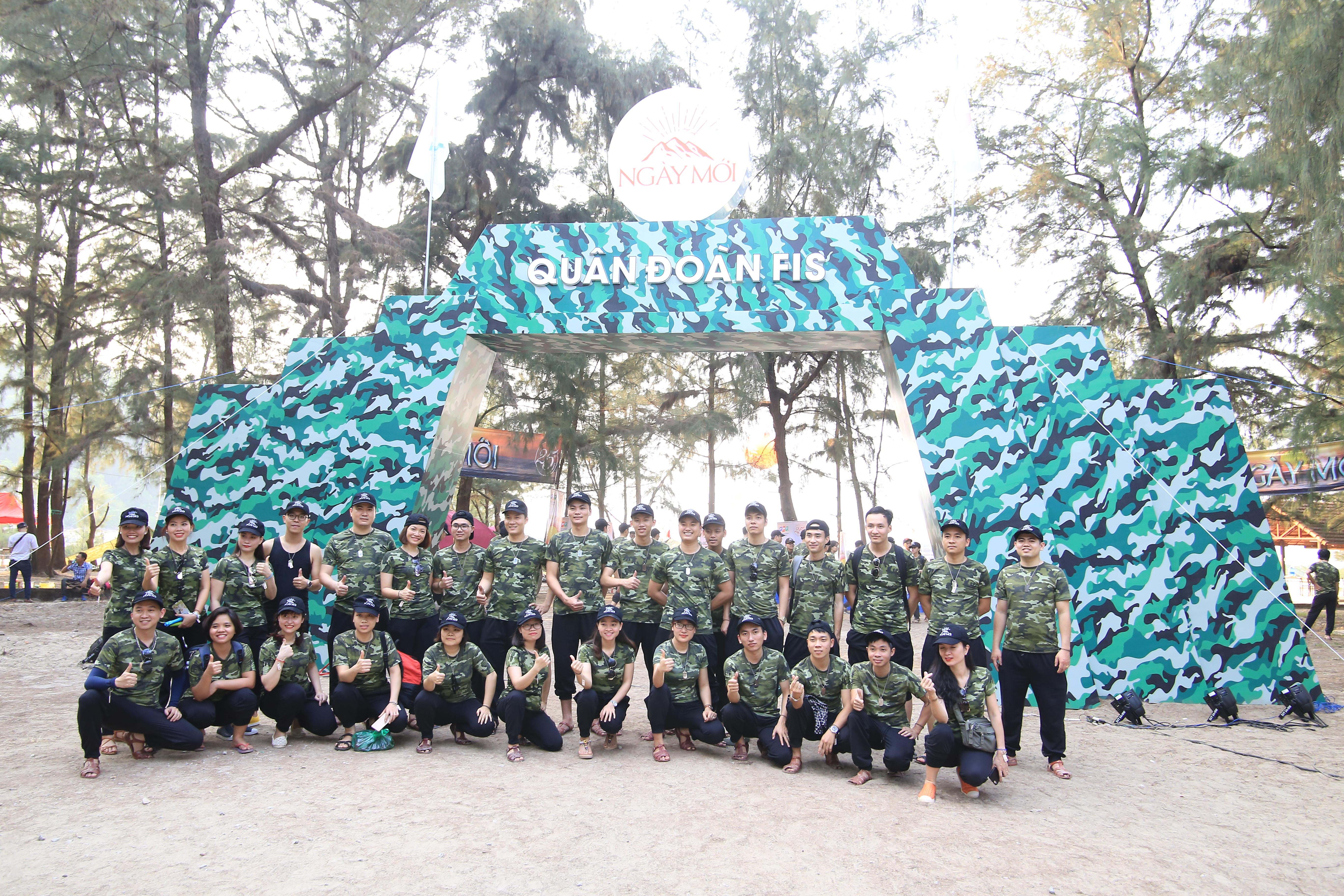 """3 đoàn tàu từ Hà Nội và TP HCM đưa 2.000 """"lính"""" FPT IS tập kết tại bãi biển Cảnh Dương Huế chiều 19/4."""