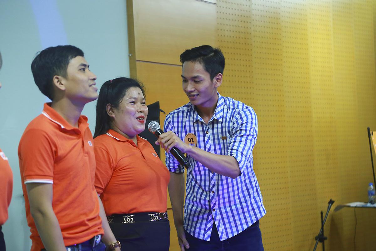 Không chỉ có ca hát, thí sinh đến buổi casting còn thể hiện những tài năng khác. Thí sinh Ngô Hoàng Nhi đến từ Ban Dự án tham gia với phần dự thi MC và lồng tiếng.