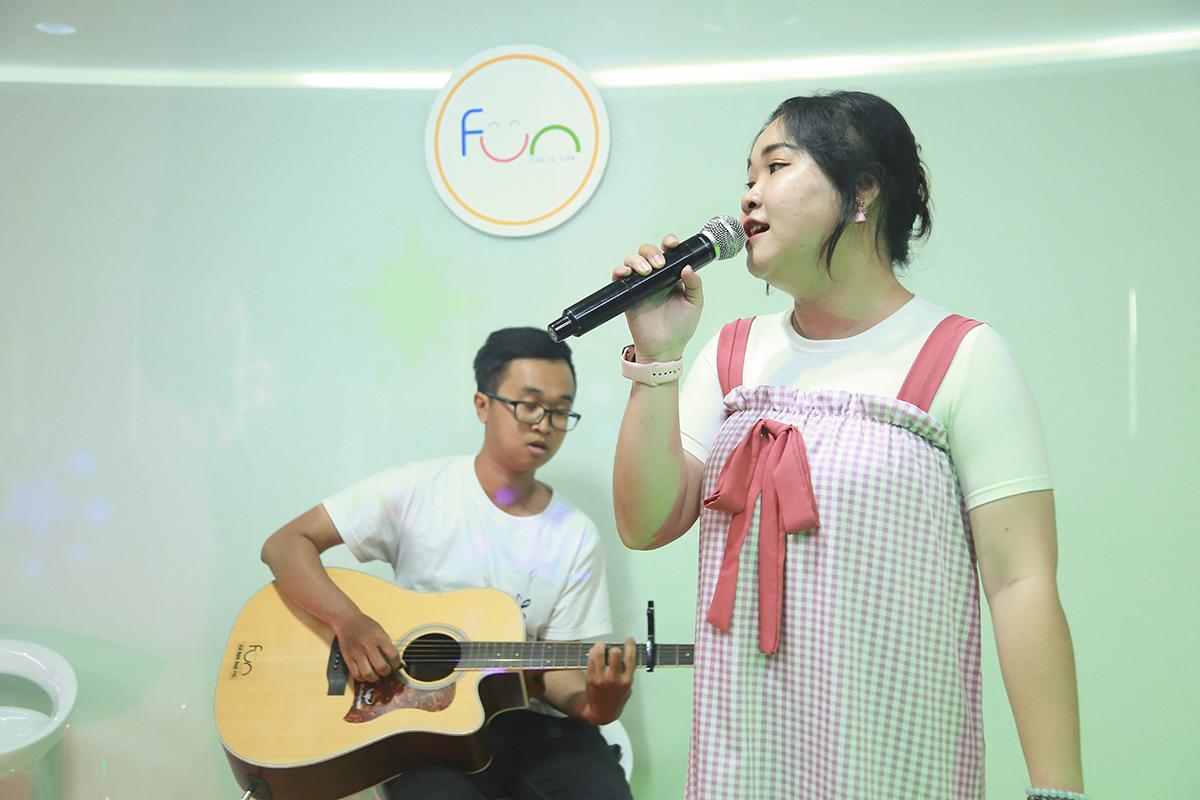 Bên cạnh những tiết mục dự thi của thí sinh, các thành viên CLB Nghệ thuật cũng thể hiện nhiều ca khúc để thay đổi không khí chương trình.