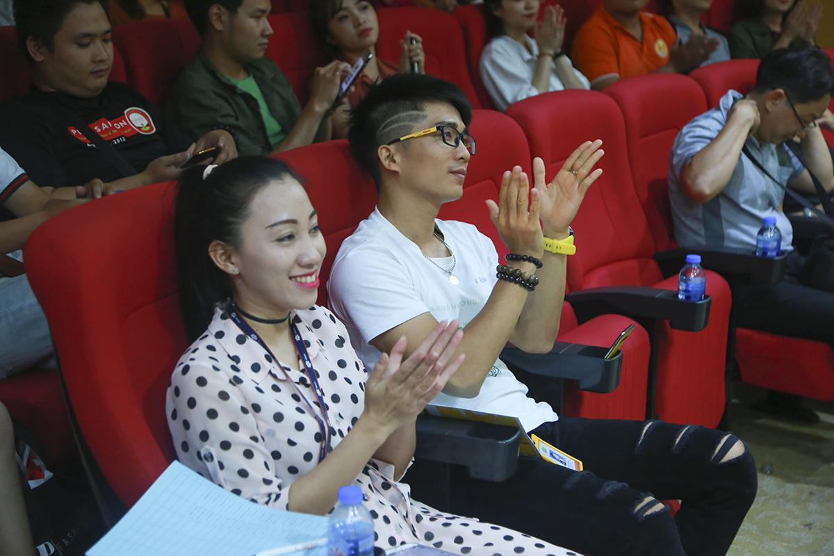 Chị Thùy Linh - Chủ nhiệm CLB Nghệ thuật đánh giá cao các thí sinh có giọng ca tốt tuy nhiên hầu hết đều gặp tâm lý khi lên sân khấu, hy vọng các bạn sau khi vào CLB sẽ tiến bộ và không còn áp lực khi cầm micro.