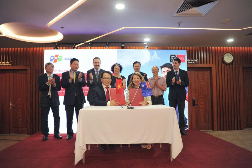 Tiến sĩ Hoàng Việt Hà, Giám đốc các dự án Đại học quốc tế, cho biết Swinburne Việt Nam sẽ tập trung vào đào tạo các ngành về công nghệ thông tin, kinh doanh và truyền thông đa phương tiện, 100% dựa trên nội dung và tiêu chuẩn đào tạo của Swinburne. Nội dung các chuyên ngành sẽ tập trung vào các ứng dụng công nghệ nền tảng của cách mạng công nghệ 4.0 như Bigdata, IoT – Internet vạn vật, AI - Trí tuệ nhân tạo, thực tế ảo… Trong lĩnh vực kinh doanh, nội dung đào tạo cũng sẽ tập trung vào các mô hình kinh doanh số hoá mới đang được triển khai và ứng dụng mạnh mẽ trong quá trình chuyển đổi số trên Việt Nam và thế giới. Với các định hướng đào tạo trên, sinh viên ra trường sẽ có cơ hội việc làm với thu nhập cao, trước tiên là tại FPT cùng các tập đoàn khác trong nước và trên thế giới.