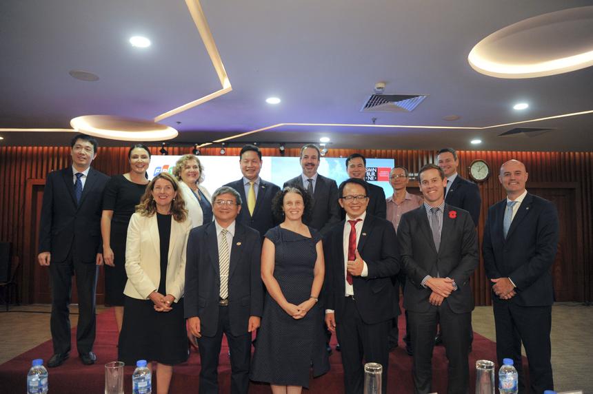 Đại học Công nghệ Swinburne (Swinburne) là trường đại học danh tiếng nằm trong nhóm Top 400 trên thế giới (QS xếp hạng 2019) với bề dày lịch sử hơn 100 năm kể từ khi thành lập. Đối với Việt Nam, Swinburne được biết đến trong 20 năm qua với vai trò là điểm đến cho những nhà Vô địch Đường lên đỉnh Olympia. Mục tiêu của chương trình liên kết Swinburne Việt Nam là đào tạo những công dân toàn cầu trong các lĩnh vực công nghệ và kinh doanh nhằm phục vụ cho quá trình phát triển, hội nhập kinh tế và chuyển đổi số đang diễn ra rất năng động tại dải đất hình chữ S.