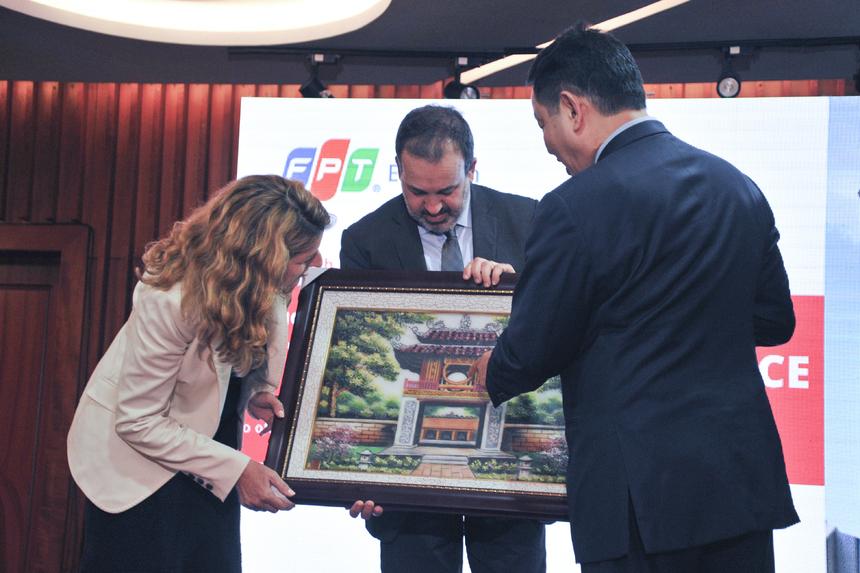 Chủ tịch Trương Gia Bình trao quà cho ông Martin Pakula. Anh giới thiệu với Bộ trưởng bang Victoria, Australia, về Văn miếu Quốc tử giám - trường Đại học đầu tiên ở Việt Nam.