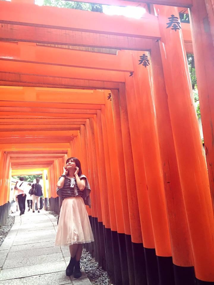 """Ngôi đền ngàn cột (Fushimi Inari), một ngôi đền nổi tiếng đẹp kỳ lạ, nơi làm bối cảnh cho bộ phim đoạt giải Oscar """"Hồi ức của một Geisha"""" chuyển thể từ truyện cùng tên. Đến với cố đô Kyoto, người FPT đừng bỏ qua cơ hội khám phá ngôi đền đặc biệt này và ngắm nhìn hàng ngàn cột màu đỏ quanh những con đường mòn xinh đẹp."""