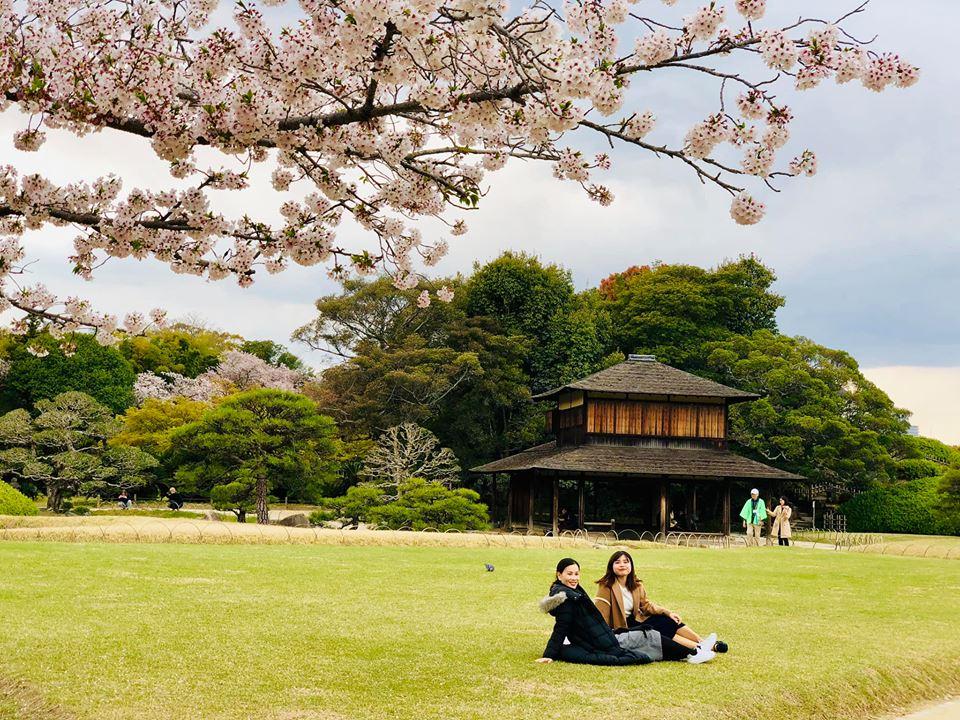 Là một cô gái trẻ trong team tuyển dụng, Võ Thị Thùy Liên đầu quân vào FPT Japan được hơn 1 năm. Liên cho biết, công việc hiện tại rất hợp với tính cách năng động của cô. Mỗi chuyến đi, nữ nhân viên nhà F đều lưu lại những bức hình phong cảnh đẹp mắt. Trong ảnh: tỉnh Okayama nhìn ra biển nội địa Seto là nơi có khí hậu nóng ấm, có rất nhiều địa danh ngắm hoa anh đào ở các nơi. Vào mùa xuân, người FPT có thể ngắm nhìn phong cảnh tuyệt đẹp như tranh vẽ.