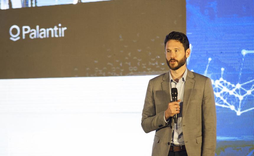 Phần trình bày của ông Barrer Brown, Giám đốc khu vực châu á thái bình dương công ty công nghệ Palantir, tập trung vào các bài học trong việc sử dụng dữ liệu (data) nhằm mang lại hiệu quả cho doanh nghiệp. Thành công lớn nhất của công ty này khi cùng với FPT thực hiện chuyển đổi số cho nền tảng dữ liệu hàng không Skywise của Airbus. Bắt đầu từ những việc nhỏ đồng thời tạo ra một tầm nhìn lớn hơn chính là cách làm đưa đến thành công của công ty này.