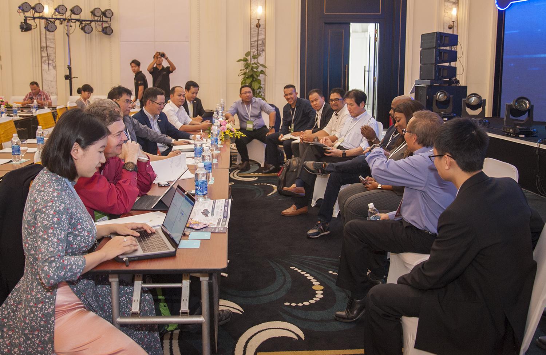 """Bước sang buổi chiều, hội thảo tách thành 3 nhóm nhỏ thảo luận từng vấn đề riêng biệt. Nhóm 1 tập trung giải quyết câu chuyện về """"Trải nghiệm khách hàng"""". Trong khi nhóm 2 đi tìm lời giải cho vấn đề """"Vận hành hoàn hảo"""". Nhóm 3 tập trung bàn bạc về """"Mô hình kinh doanh""""."""
