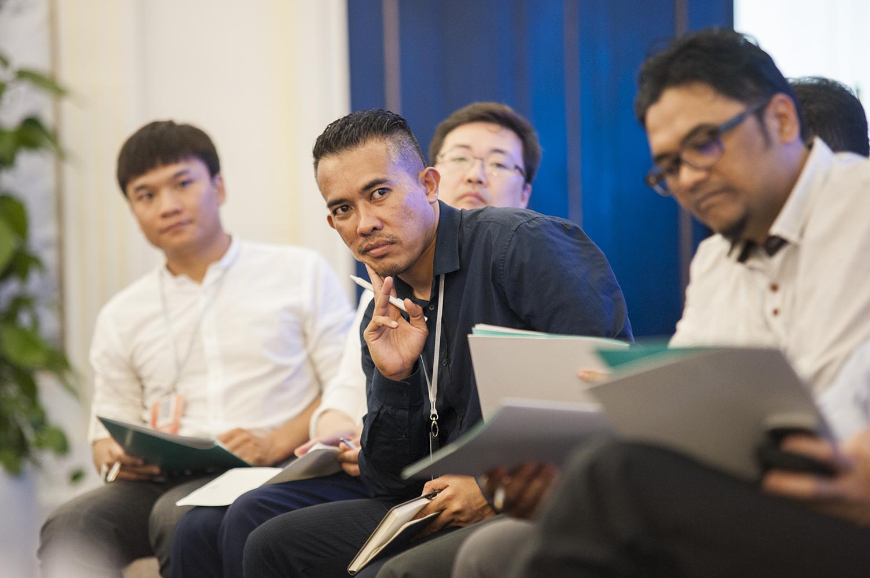 Ngày 26/4 hội thảo chính diễn ra với 2 phiên làm việc. Trong buổi sáng, FPT vàcác hãng công nghệ lớn như Grab, Palantir chia sẻ về giải pháp và kinh nghiệm chuyển đổi số của mình. Cùng với đó là phần trình bày mang tính học thuật cao về các công nghệ sẽ hỗ trợ đắc lực cho các tổ chức muốn thực hiện chuyển đổi số như: AI; Big Data; Cloud... Phiên làm việc buổi chiều là phần thảo luận giữa các nhóm về những vướng mắc trong quá trình chuyển đổi số và cách để giải quyết chúng.