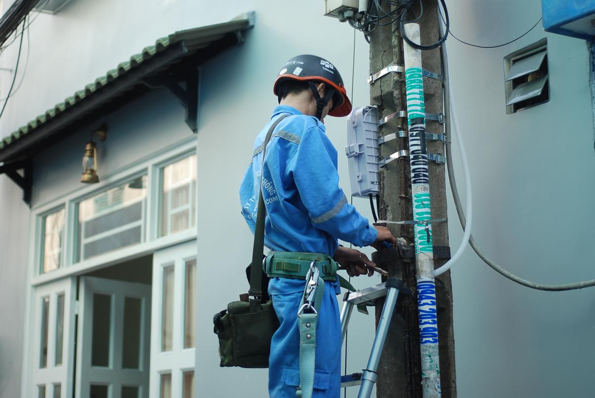 """Làm công việc này, an toàn là trên hết. Khi leo lên trụ, các anh phải kiểm tra trước xem có vấn đề hở điện hay rò điện không. """"Trước cũng sợ điện nhưng giờ quen rồi, có bút thử điện và các thiết bị bảo hộ nên việc đảm bảo an toàn luôn được tối ưu hóa"""", anh Phạm Quốc Tú kể."""