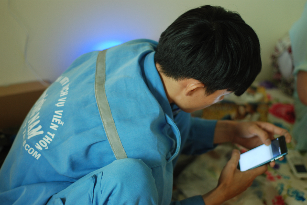 """Việc lắp đặt nhanh chóng của các kỹ thuật viên nhà Viễn thông làm khách hàng An Di - phường 14, quận Tân Bình rất hài lòng. """"May mà mấy ngày lễ các bạn FPT vẫn làm việc, chúng tôi mới có mạng để xài, phục vụ cho công việc kinh doanh của gia đình""""."""