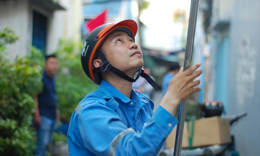 Những ngày này, trời Sài Gòn nắng nóng khá gay gắt khiến công việc của kỹ thuật viên vất vả hơn. Anh em làm ngoài trời rất mệt, nên tranh thủ làm sớm, khi nào mệt thì nghỉ rồi tranh thủ làm tiếp, có thể làm một phần việc khi mặt trời đã xuống, anh Ninh Văn Kiên cho biết. Nhiều khách hàng dễ thương, mua nước cho kỹ thuật viên uống. Nhưng trời nóng dường nhưcũng khiến nhiều khách hàng dễ trở nên khó chịu khi có vấn đề gì chưa đúng ý.