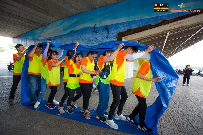 Đoàn di chuyển đến trạm Chùa Linh Ứng - ngôi chùa mang biểu trượng bình an đối với người dân Đà Nẵng. Các đội thực hiện nhệm vụ chụp ảnh theo yêu cầu của Ban tổ chức. Sau đó, đoàn tiếp tục di chuyển đến trạm thứ Cầu Tình Yêu - chân Cầu Rồng, TP Đà Nẵng.Hoạt động teambuilding bắt đầu diễn ra để các thành viên làm quen, giao lưu, phát huy khả năng giao tiếp và thế mạnh của bản thân.