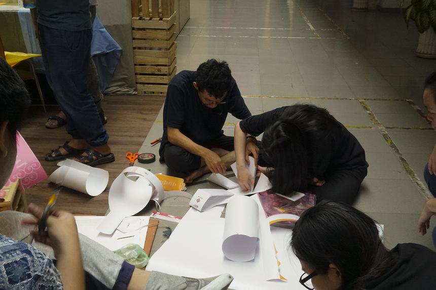 Để chuẩn bị cho chương trình triển lãm và bảo vệ đồ án học kỳ Mùa xuân trong hai ngày 2-3/5, các sinh viên ngành Đồ họa đã lên ý tưởng, chuẩn bị sản phẩm trong suốt 4 tháng.