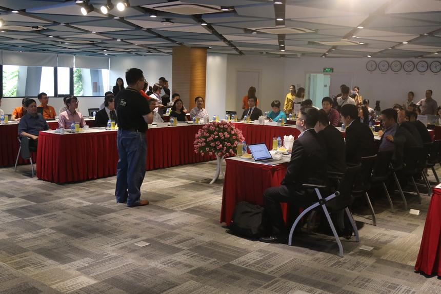 """Chiều 3/5, FPT Software đã tổ chức hội thảo """"Xu hướng, thành tựu trong ứng dụng trí tuệ nhân tạo và Intenet vạn vật tại Việt Nam"""". Sự kiện thu hút hơn 20 Giáo sư, Tiến sĩ về trí tuệ nhân tạo (AI), tự động hóa, IoT người Việt đang làm việc trong các tổ chức, doanh nghiệp lớn tại nước ngoài cùng các giảng viên đến từ các trường ĐH trong nước. Hội thảo do FPT Software tổ chức cũng là một trong những hoạt động bên lề của sự kiện Kết nối các nguồn lực thông tin khoa học và công nghệ quốc tế phục vụ thương mại hoá kết quả nghiên cứu giữa trường đại học và doanh nghiệp do Cục Thông tin khoa học và công nghệ quốc gia, Bộ Khoa học Công nghệ tổ chức từ ngày 3-6/5. Sự kiện có sự tham dự của bà Trần Thị Thu Hà, Cục phó Thông tin khoa học và công nghệ quốc gia, Bộ Khoa học Công nghệ. Phía FPT có sự hiện diện của Chủ tịch FPT Software Hoàng Nam Tiến; CTO FPT Lê Hồng Việt và GĐ Nguồn lực FPT Software Đỗ Ngọc Hoàng."""